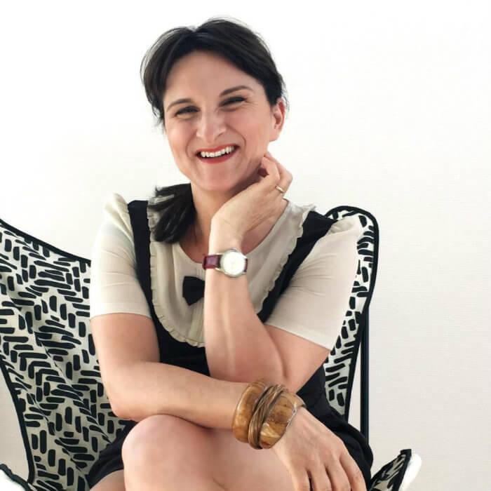 femme souriante assise sur une chaise