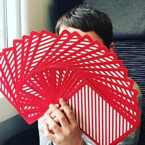 garcon qui joue avec des cartes