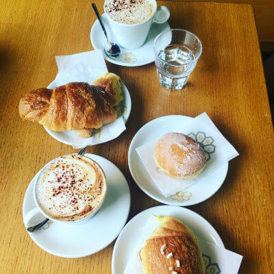 petit dejeuner cappuccino croissant