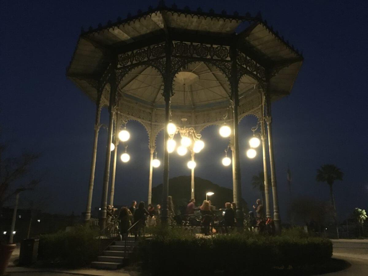 musiciens dans gazebo allume la nuit reve