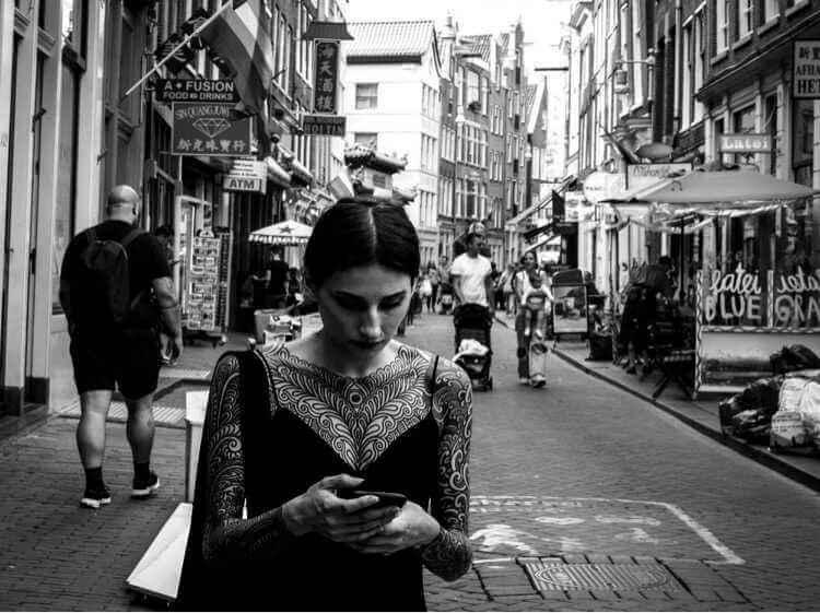 femme dans la rue Laura Giammichele