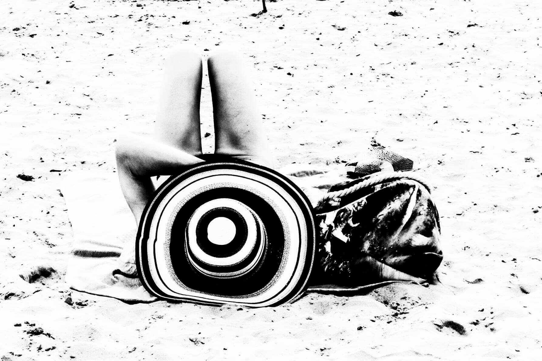 la plage femme allongée