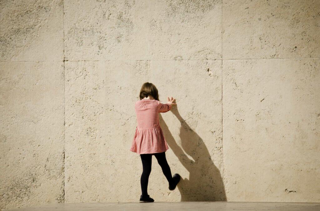 fille au mur