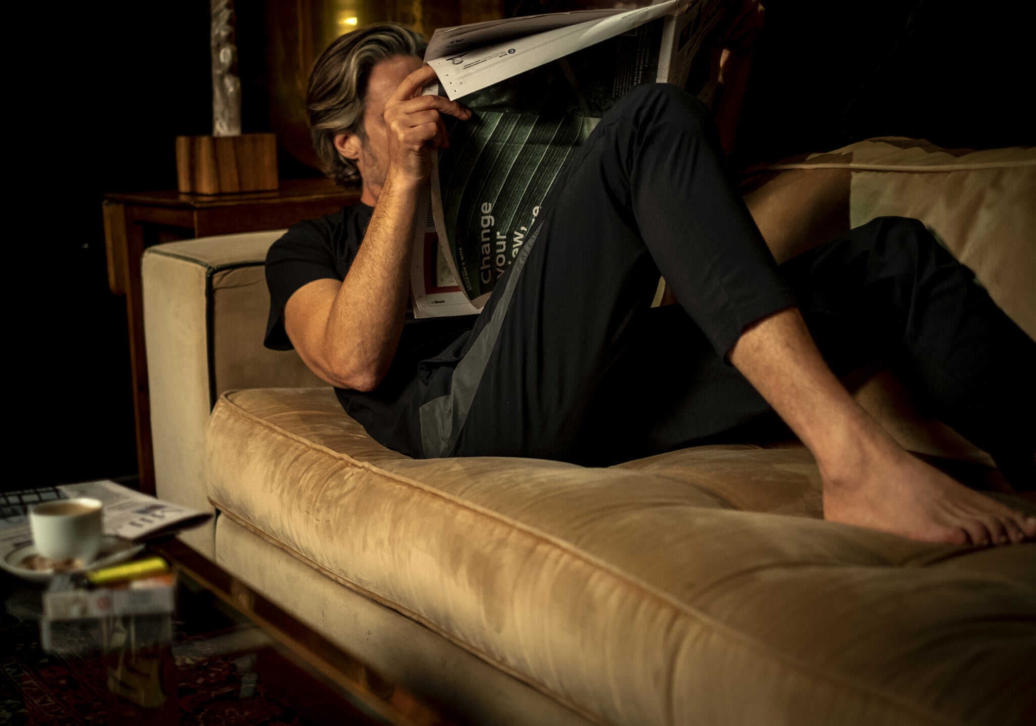 homme sur canapé
