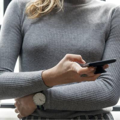 femme avec montre et smartphone