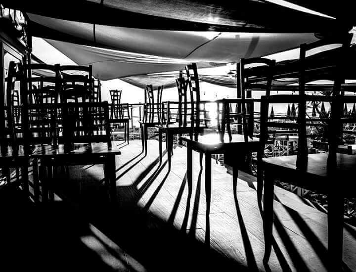 ombres de chaises au soleil