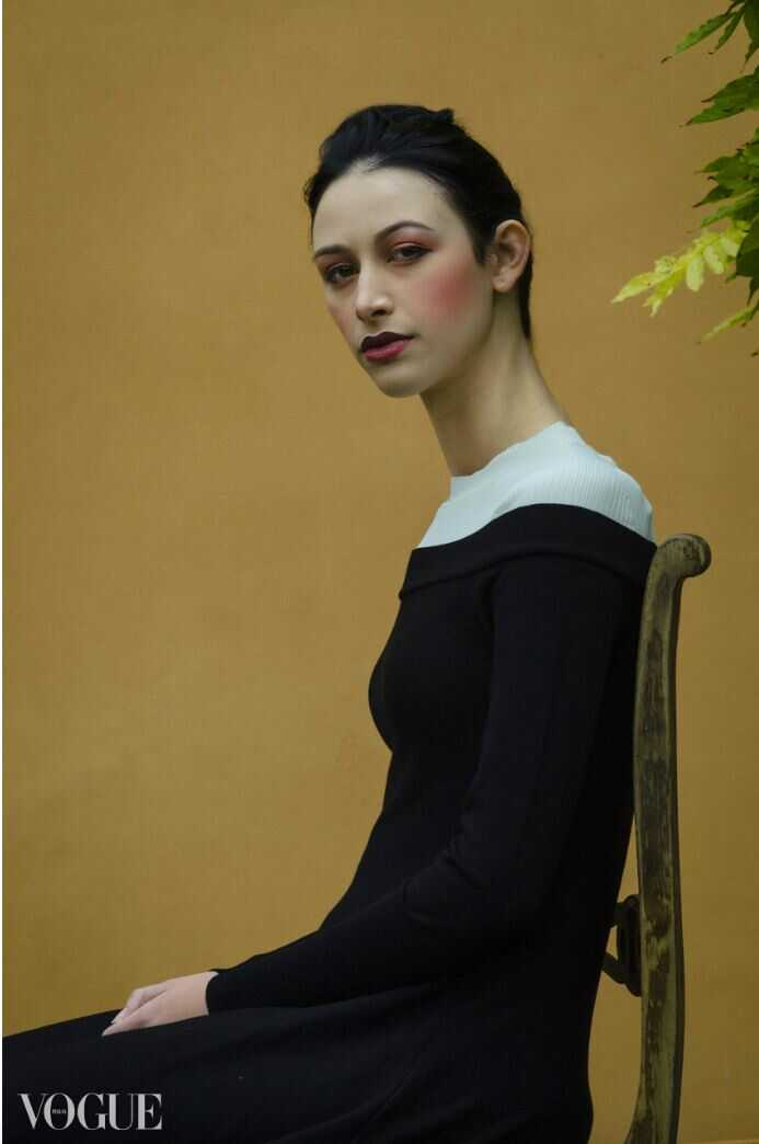 femme assise vogue laura giammichele